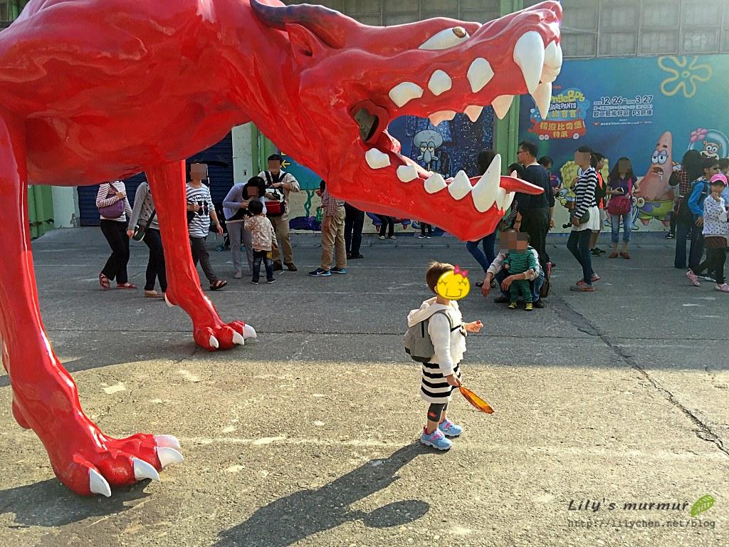 小妮莫名其妙去站在怪獸的頭下方,形成有趣的畫面。