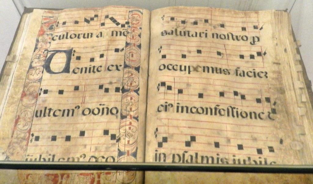 Libros antiguos exposición coro Real Monasterio Santo Tomás Avila