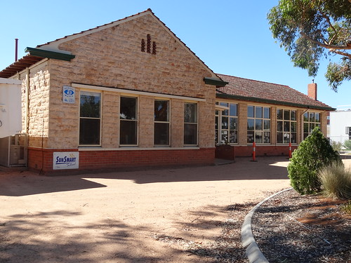 Renmark. This fine frontage has two wings in the same style behind it. Renmark School opened in 1888. This bulding was opened in 1928 with the High School on the same town block opening in 1929.  Note the red brick base, limestone above that and terracott