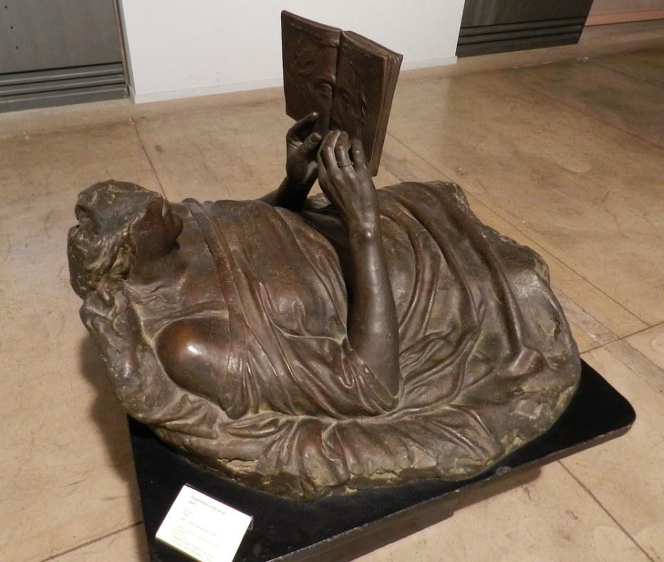 escultura Esperanza Mujer leyendo un libro Casa de los Caballos Museo Bellas Artes Caceres 10