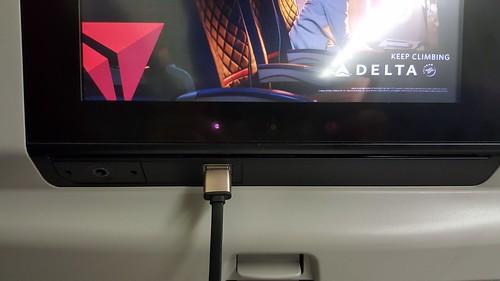 บนเครื่องมีพอร์ต USB ให้เสียบ และจริงๆ ใต้ที่นั่งก็มีปลั๊กไฟให้เสียบด้วย