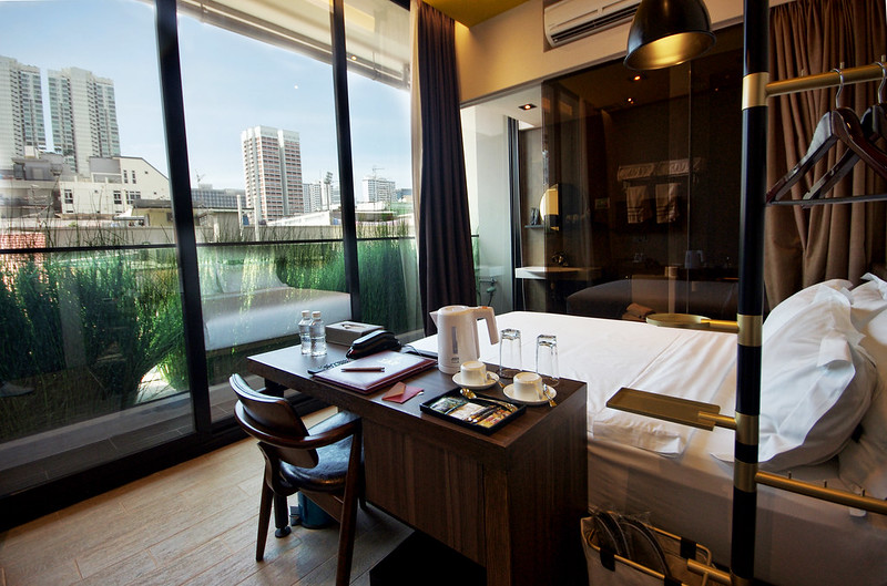 deluxe double room at hotel yan singapore
