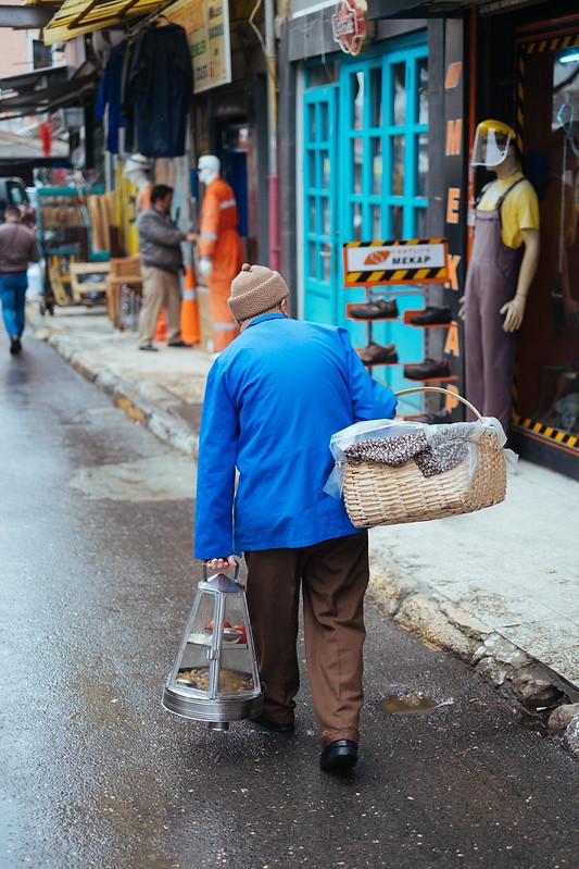 Istanbul: lunch met garnituur aan de deur, voor de handelaren die hun plek niet kunnen verlaten (Beyoglu)
