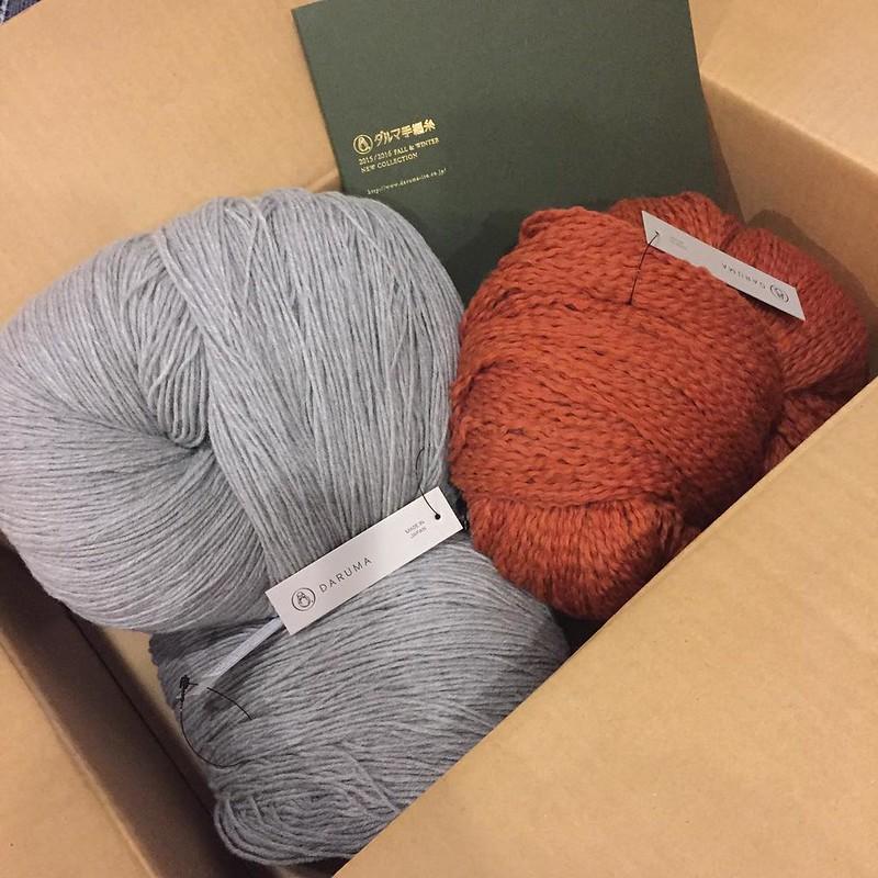 空気をまぜて糸にしたウールアルパカ ライトグレー×2 原毛に近いメリノウール オレンジ×1 年の初めの縁起物♡と背中を押してもらって欲しかったダルマさんのかせいと買いました♪ あとね、糸見本入ってた!!税抜ギリギリ越えてなかったからしょんもりしてたの、、嬉しい♡ #darumaito #yarnporn