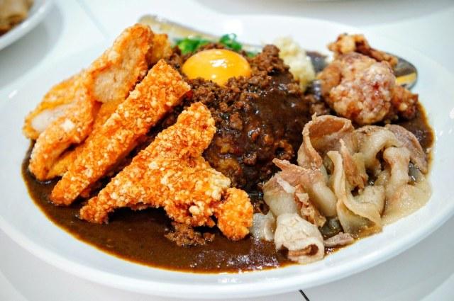 綜合台灣咖哩飯,看起來很澎湃,上頭有炸雞排一塊,涮豬肉,炸雞塊,底下則是飯,上頭有肉燥+一顆蛋,旁邊還放著青蔥與蒜末..
