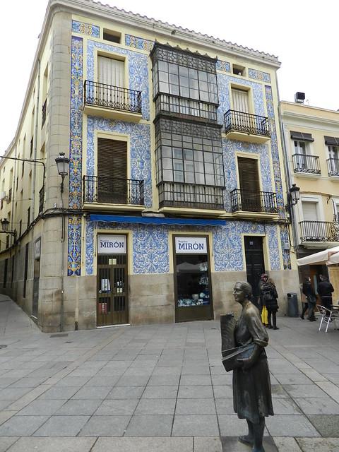 Escultura Leoncia Gomez por Jose Antonio Calderon Plaza San Juan Caceres 02