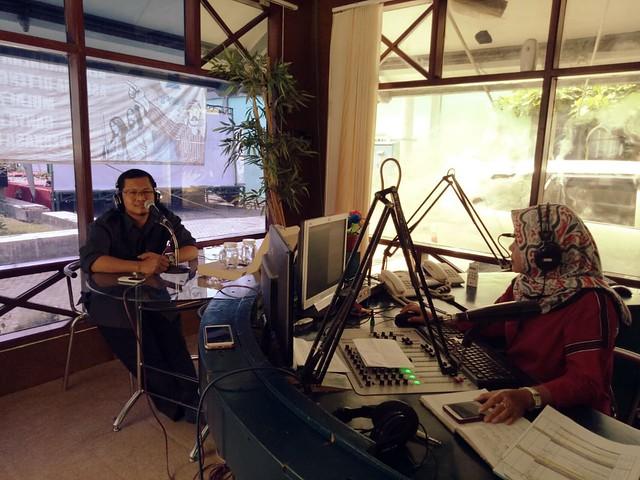 Ketua KPU Tulungagung Suprihno saat menjadi narasumber dalam talk show di Radio Perkasa (28/5)