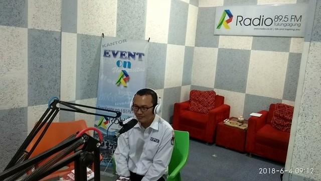 Anggota KPU Tulungagung Suyitno Arman saat Talk Show di R-Radio (4/6)