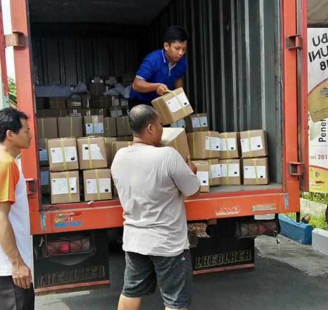Kertas surat suara Pemilihan Gubernur dan Wakil Gubernur Jatim 2018 saat tiba di Kantor KPU Tulungagung, Selasa (29/5)