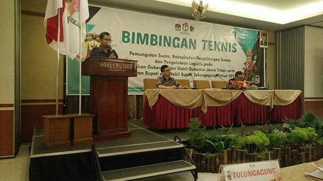 Ketua KPU Suprihno, M.Pd., saat membuka kegiatan bimtek pemungutan suara, rekapitulasi penghitungan suara dan pengelolaan logistik di Hotel Istana (28/5)