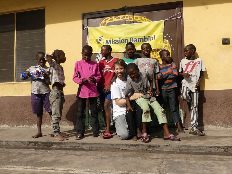 Mauro con un gruppo di bambini del Centro