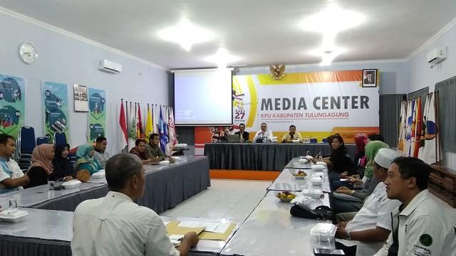 Ketua KPU Suprihno, M.Pd., saat memimpin rapat koordinasi persiapan pembuatan video Tulungagung memilih di Gedung Media Center (25/5)