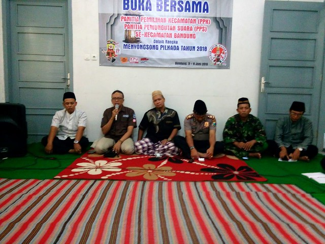 Anggota Muspika Bandung, PPK, PPS, Tokoh Masyarakat dan Tokoh Agama saat melaksanakan buka bersama di kantor Kecamatan Bandung (3/6)