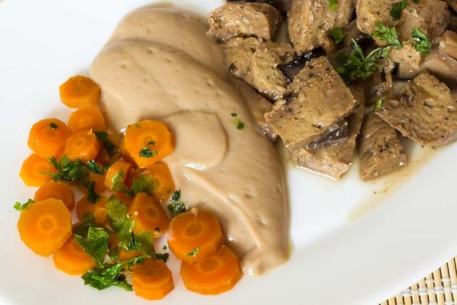 Seitán con salsa de coliflor y zanahorias