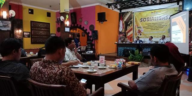 Suasana Sosialisasi Tahapan Pemungutan Suara Pilkada Tulungagung 2018 di Liiur Caffe & Resto (30/5)