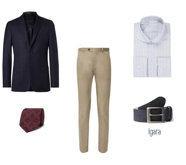 Look masculino smart-casual para hombre con chinos beige, camisa azul de rayas, blazer azul marina, cinturón de ante azul para hombre y corbata