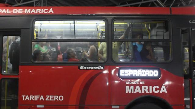 """Ônibus público """"vermelhinho"""" circula com tarifa zero em Maricá, Rio de Janeiro - Créditos: Marcelo Cruz"""
