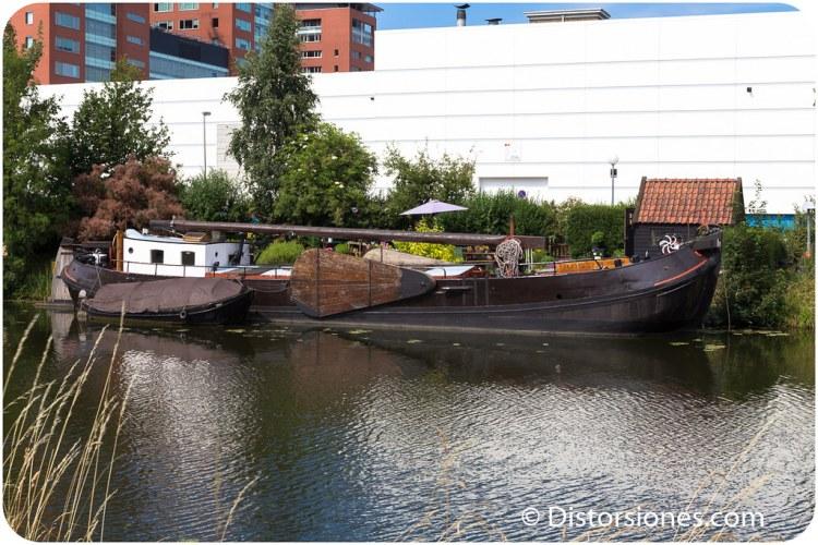 Casa flotante en barco típico holandés