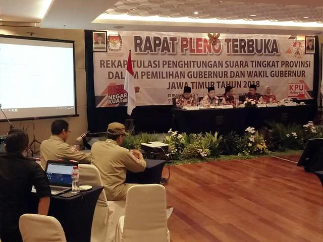 Suasana rapat pleno terbuka rekapitulasi penghitungan suara tingkat provinsi dalam pilgub dan wagub Jatim 2018 di Hotel Grand City Surabaya (4/7)
