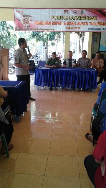 Ketua KPU Suprihno, M.Pd., saat memberikan sosialisasi Pilbup kepada pemilih wanita dan pemilih pemula di kantor Kecamatan Tanggunggunung (10/6)