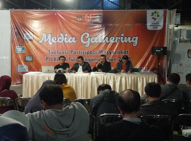 Komisioner KPU Tulungagung Suyitno Arman, S.Sos., M.Si., saat menyampaikan evaluasi partisipasi masyarakat kepada awak media dalam pilkada 2018 di halaman kantor KPU Tulungagung (11/8)