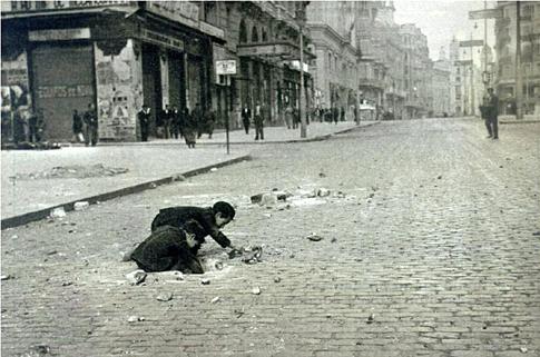 Niños buscando restos de proyectiles en la Gran Vía, 1937 Foto Juan Pando Variante Uti 485