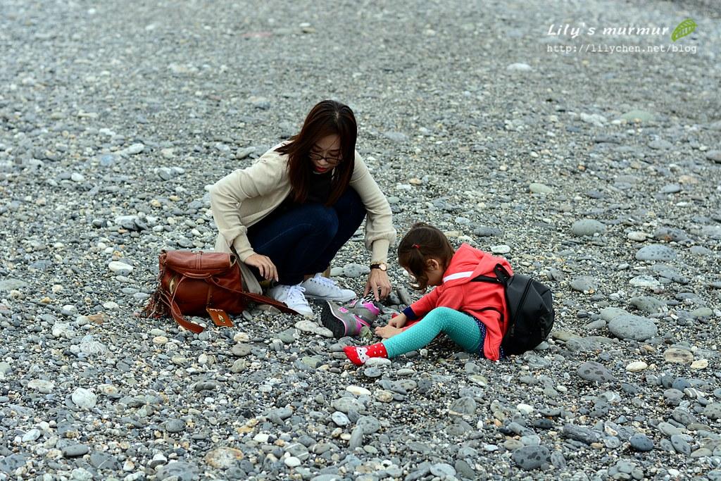 小妮開始找起石頭來,我也跟著找。