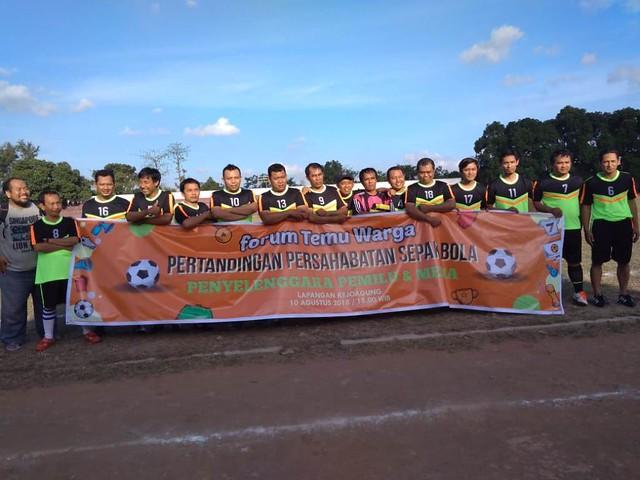 Tim kesebelasan Media Tulungagung berfoto bersama sebelum dimulai pertandingan persahabatan melawan tim kesebelasan KPU Tulungagung dan tim kesebelasan PPK Tulungagung, Jumat (10/8)