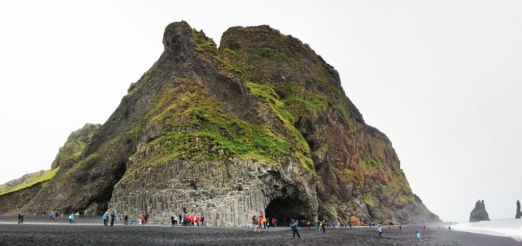 Monte Reynisfjall rocas Reynisdrangar y playa Reynisfjara Islandia 02