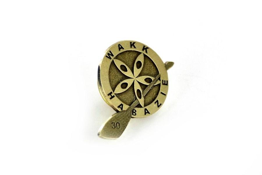 pin grawerowany w mosiądzu