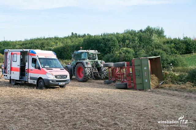 Traktor-Anhänger kippt um 12.08.2018