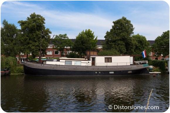 Casa flotante construida a partir de un barco