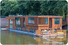 Casa flotante relativamente nueva