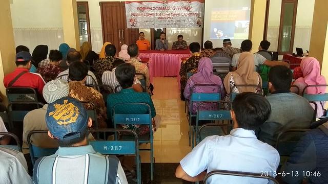 Anggota KPU Tulungagung Agus Syafei saat menyampaikan Sosialisasi Pilkada 2018 di Kecamatan Bandung(12/6)