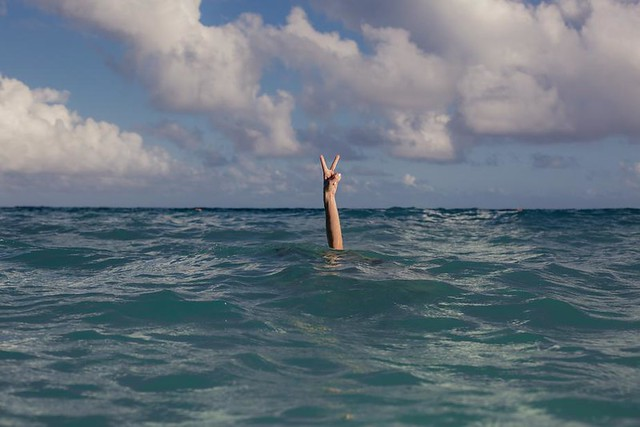 vacation-peace-sign-in-ocean_925x