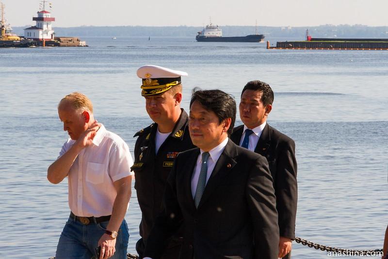 Министр обороны Японии Ицунори Онодэра и контр-адмирал, командир Краснознаменной Ленинградской военно-морской базы Родионов Вячеслав Николаевич