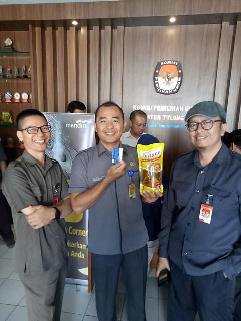 Suasana kunjungan Bank Mandiri Cabang Tulungagung ke Kantor KPU Tulungagung (10/9)