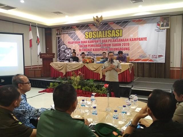 Ketua KPU Tulungagung, Suprihno saat menyampaikan materi sosialisasi pelaporan dana kampanye, dalam pemilihan umum 2019 di Hotel Istana Tulungagung (17/9)