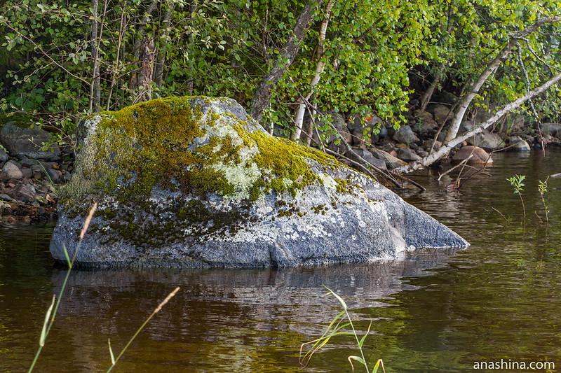 Камень у берега