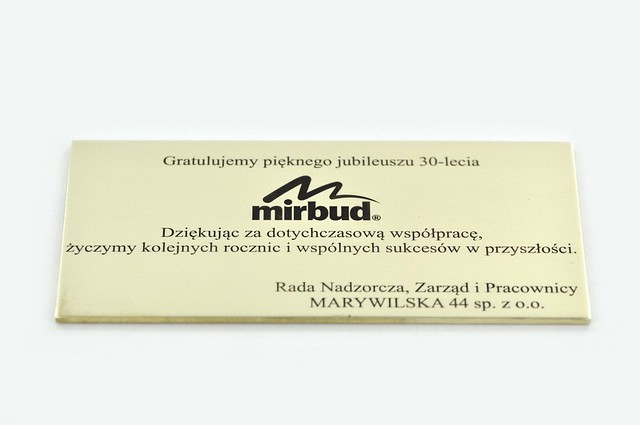 tabliczka okolicznościowa grawerowana w mosiaądzu, polerowana