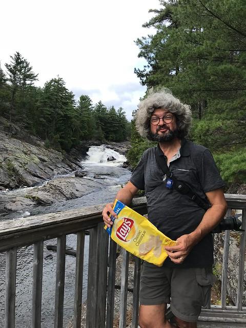 Chutes Provincial Park - twin bridges trail - Pierre sneaking chips