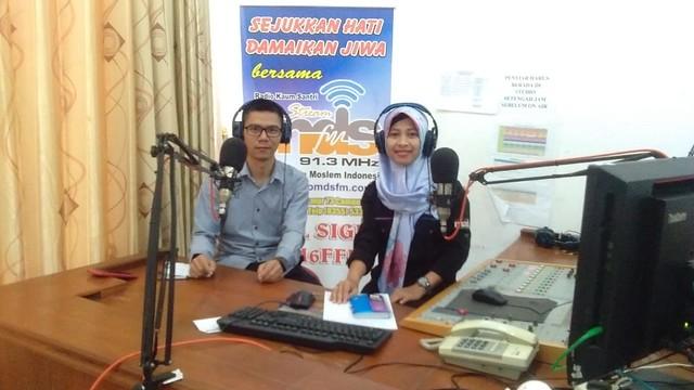 Anggota KPU Tulungagung Agus Safei talk show di MDS FM Campurdarat (11/10)