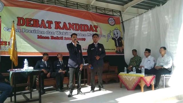 Komisioner KPU Tulungagung Mustofa, SE., MM, (berpeci) saat menjadi panelis dalam debat kandidat Presiden dan Wakil Presiden Mahasiswa STKIP Tulungagung (17/10)