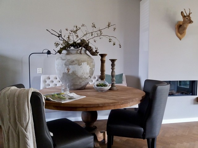 Ronde eettafel kruik met takken kandelaars woonblad