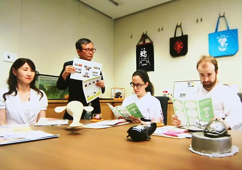 Presentación de las diferentes divisiones del ayuntamiento de Yoshikawa.
