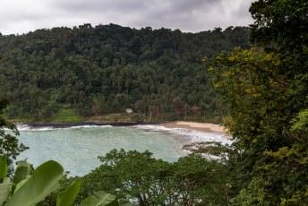 Aan deze kant van het eiland zijn wel witte stranden, waar je bovendien nauwelijks mensen tegenkomt.