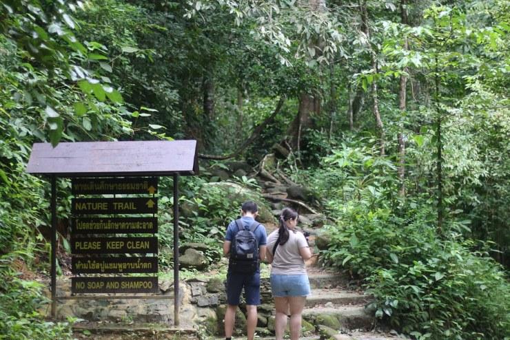 นักท่องเที่ยวกำลังอ่านแผนที่เพื่อเตรียมตัว เดินขึ้นน้ำตักชั้นถัดไป