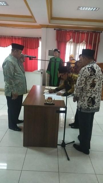Komisioner KPU Tulungagung Mohammad Khoirul Anam saat menandatangani pakta integritas di gedung KPU Jatim Surabaya (10/10)