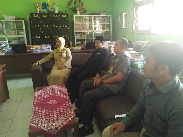 Mustofa dan David Hartanto saat melakukan koordinasi kegiatan KPU Tulungagung Goes To School di SMAN 1 Pakel (15/10)