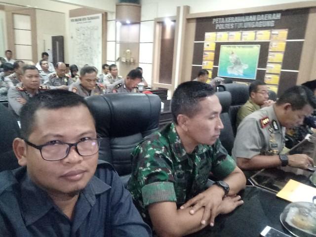 Suasana di ruang Ops Room Polres Tulungagung saat pelaksanaan vidcon bersama Menkopolkam, Kapolri dan lembaga terkait di seluruh provinsi dan kabupaten/kota se-Indonesia (24/9)